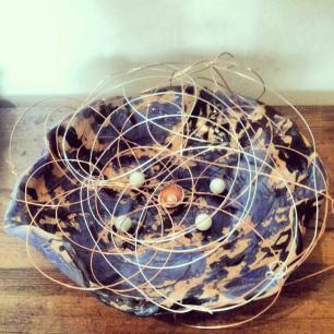 Nido con pianeti, ceramica ingobbio, fili, perle e conchiglie, 40 cm. diametro, 2013